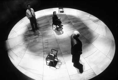 Actors on a circular stage seen from above (black and white)